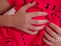 Lange blonde Karina masturbeert voor orgasme
