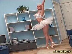 Ballerine blonde fait de la baise acrobatique